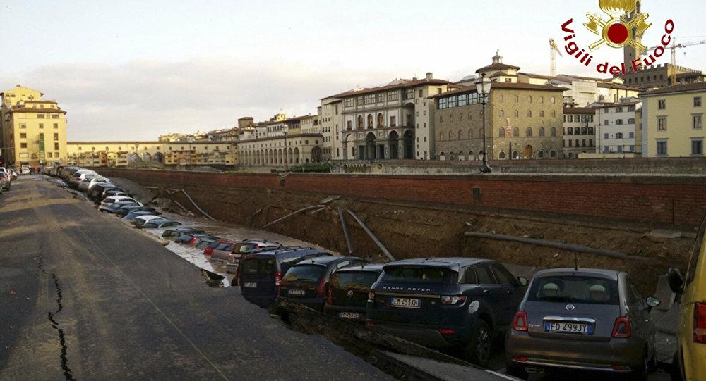 Више десетина аутомобила пропало кроз асфалт у центру Фиренце