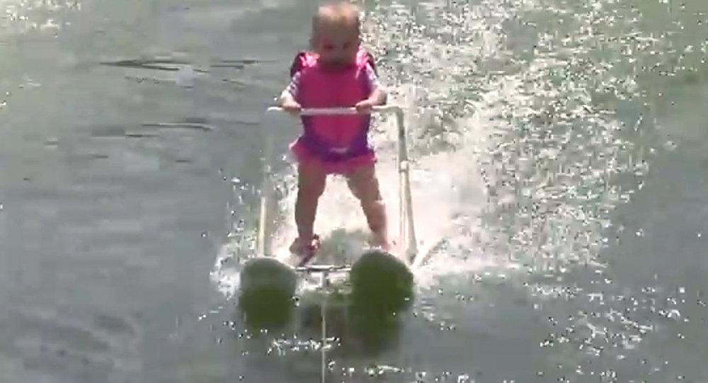 Шестомесечна девојчица оборила рекорд у скијању на води