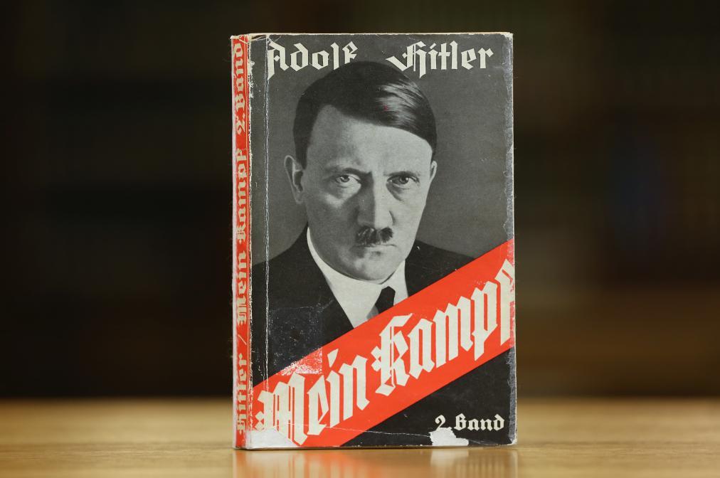 """Италијански лист поклонио читаоцима примерке Хитлеровог """"Мајн кампфа"""""""