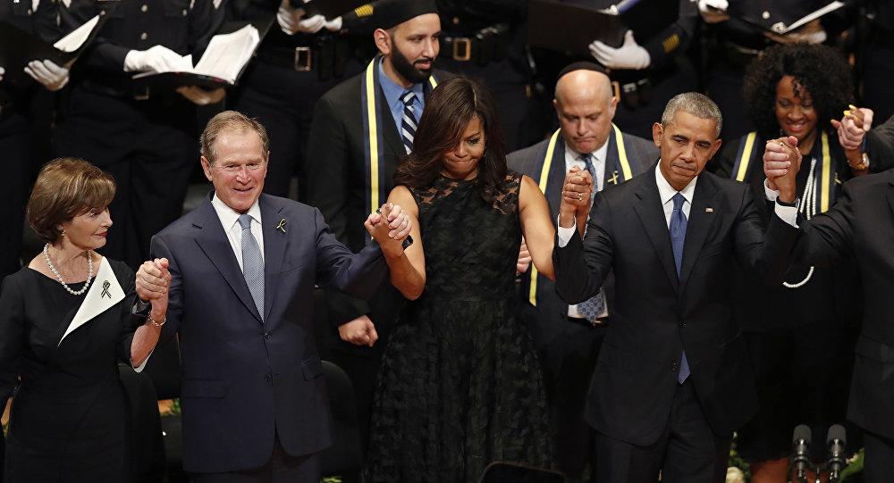 Буш плеше на меморијалној служби поводом убисатва пет полицајаца