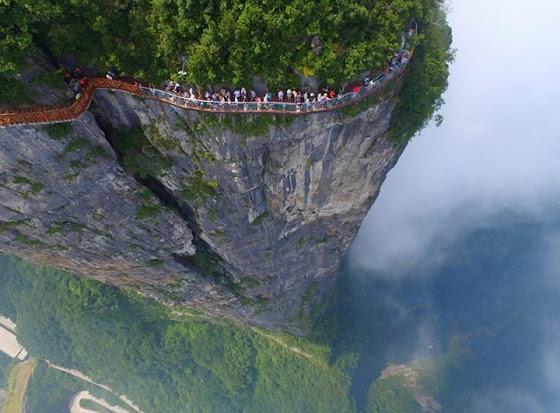 Кина - стаклени мост око литице