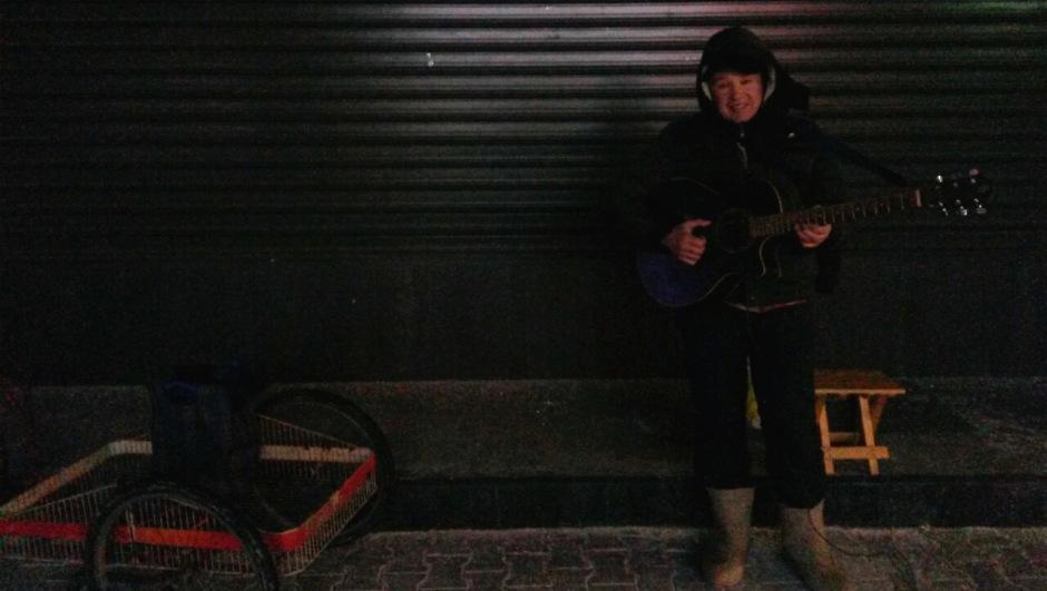 Минус 13 је, а он свира гитару у Господској