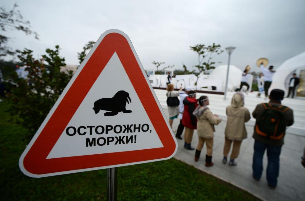 """""""Забрањен разговор са странцима"""": Необични саобраћајни знаци у Русији"""