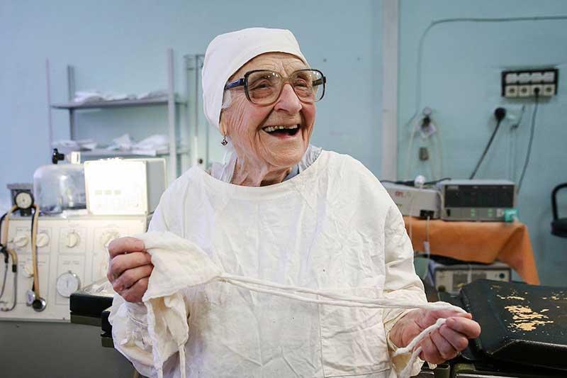 Доктор Ала Иљинична, има 89 година, а и даље оперише